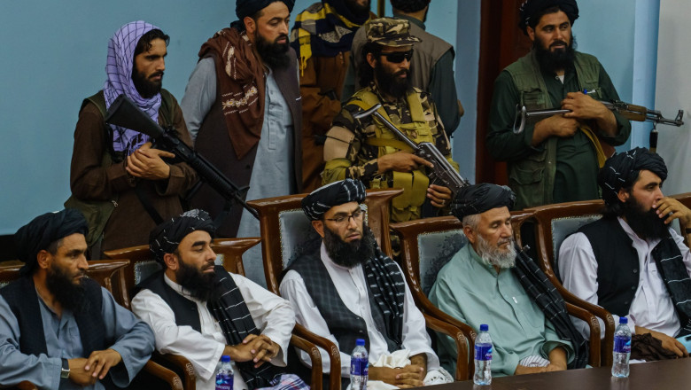 liderii talibanilor paziti de talibani inarmati