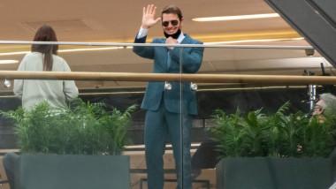 tom cruise cu masca face cu mana
