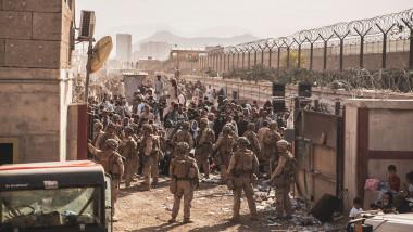 militari americani de paza la intraraea pe aeroport kabul, tin pe loc mii de afgani care vor sa ajunga la avion