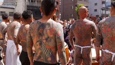 membrii unui clan yakuza adunați pe străzile din Tokyo pentru a-și arăta tatuajele