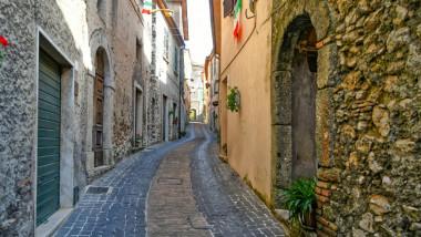 Stradă din centrul vechi al orașului Maenza.