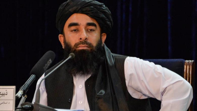 Zabihullah Mujahid purtătorul de cuvânt al talibanilor la o conferință de presă