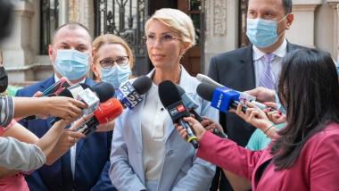 raluca turcan cu microfoane in fata face declaratii de presa