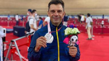 eduard novak pozeaza cu medalia de argint