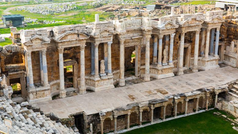 Ruinele orașului antic Hierapolis.
