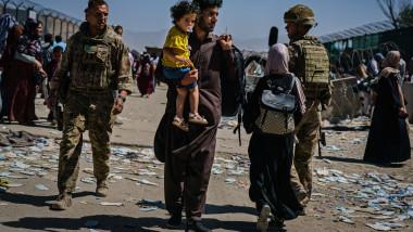 afgani si razboi cu copil in brate