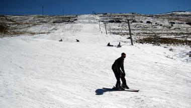 un barbat pe o partie de schi din africa