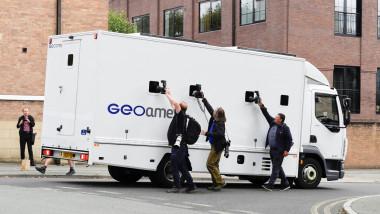 fotoreporteri cu aparatele ridicate la geamurile dubei in care se afla arestat benjamin mendy