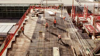 muncitori pe un santier de constructii
