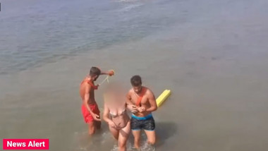 femeie scoasa din apa de doi salvamari la costinesti