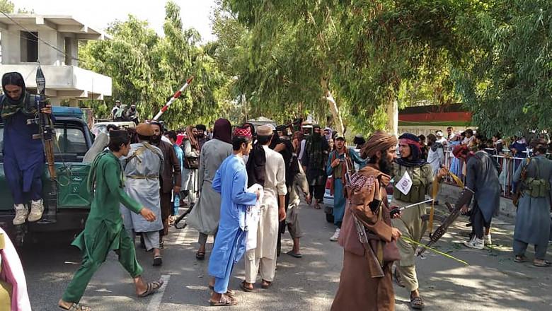 talibani in kabul cu arme pe strazi