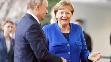 Angela Merkel dă mâna cu Vladimir Putin