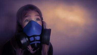 copil cu masca contra poluarii aerului