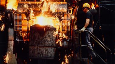 Imagine ilustrativă cu procesul de procuție a oțelului.