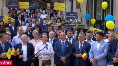 florin citu inconjurat de lideri pnl sustine un discurs pe treptele sediului pnl din bucuresti