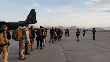 14 cetățeni români care au reușit să ajungă pe aeroportul din Kabul au fost evacuați cu o aeronavă militară