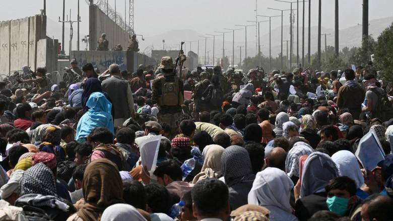 afgani inghesuiti pe un drum catre aeroportul din kabul