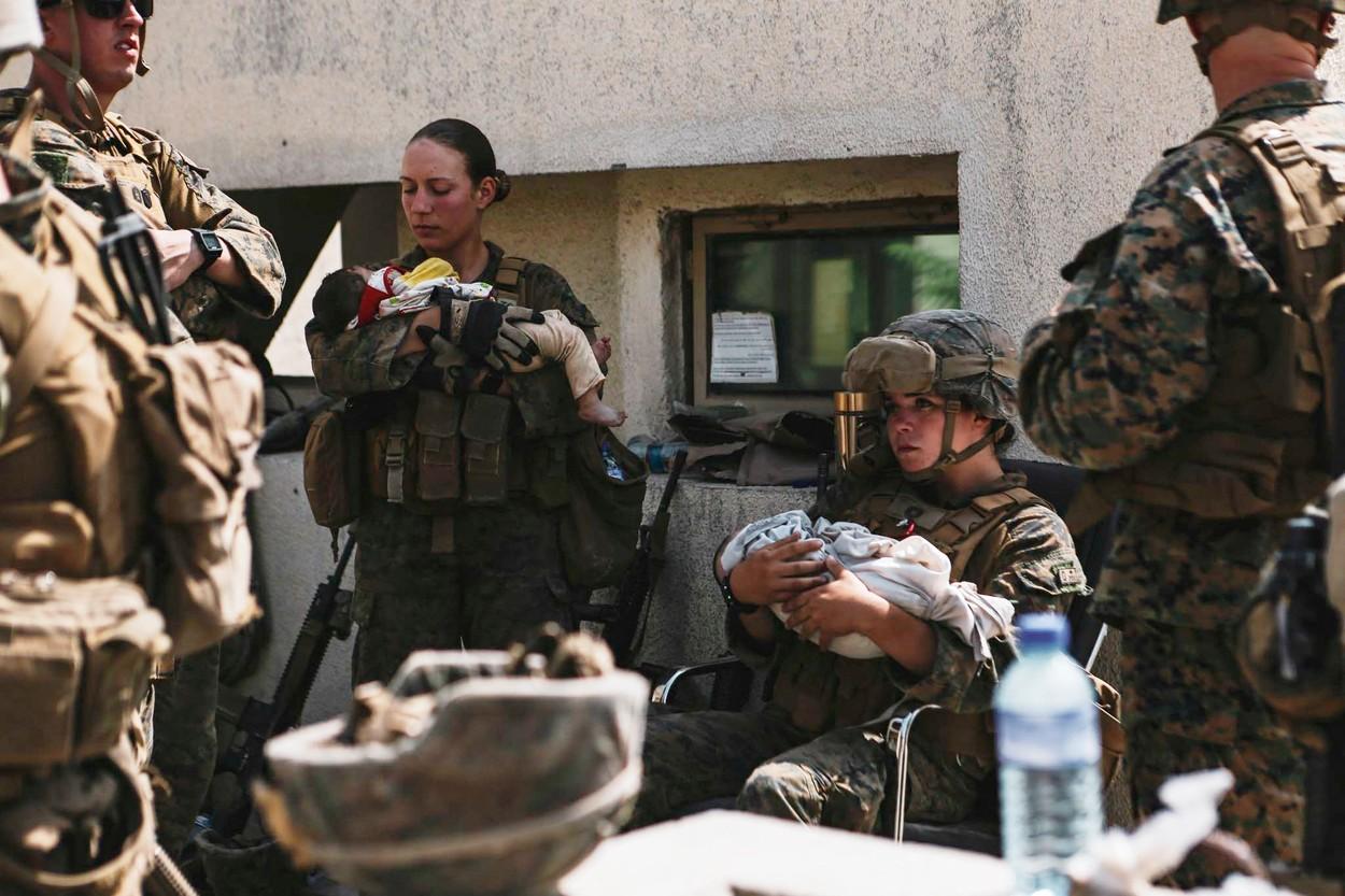 femei soldat cu bebelusi in brate la kabul profimedia-0628093701