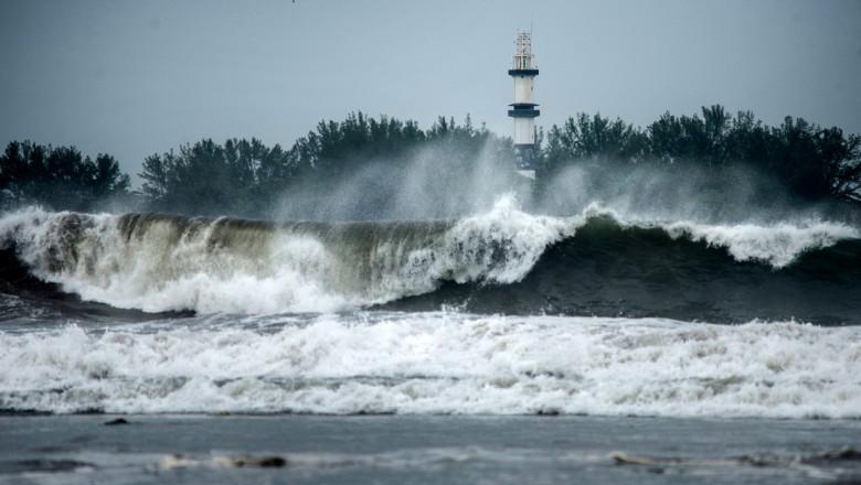 Far lovit de valuri uriașe în Mexic, în așteptarea uraganului Grace în august 2021