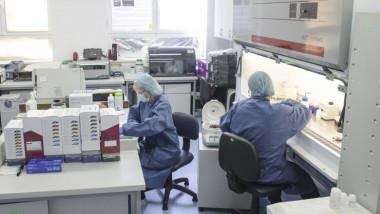 Cercetători într-un laborator medical.