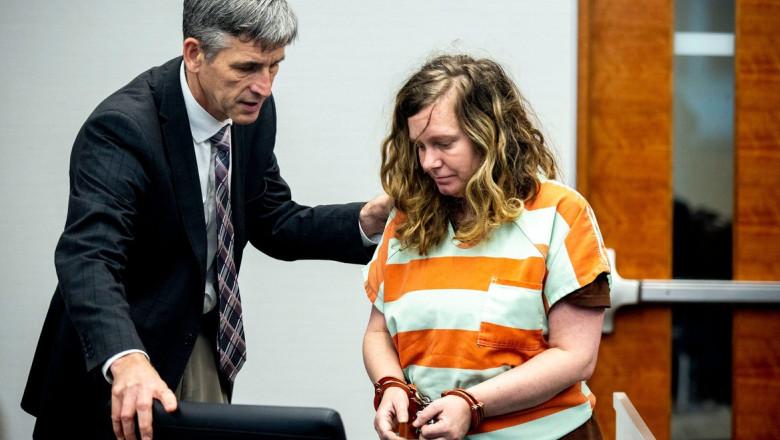 Nicole Poole Franklin cu cătușe la mâini în sala de judecată.