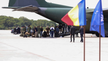Românii evacuați din Afganistan, pe aeroportul din București.