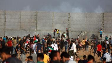 Protestatari palestinieni la granița fortificată din Gaza