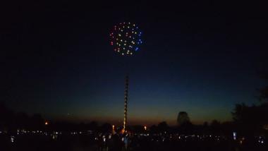 drone cu lumini deasupra coloanei infinitului