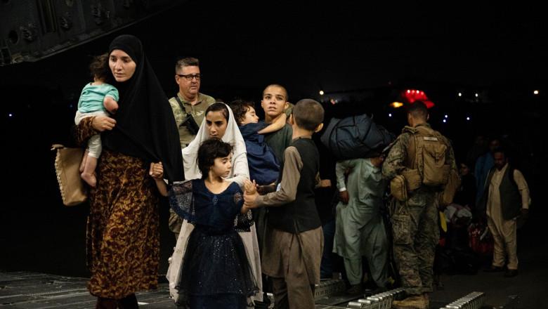refugiati afgani evacuati cu un avion globemaster III