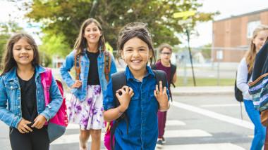 Copii care merg la școală.