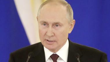 Vladimir Putin face declarații.
