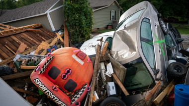 masini si alte obiecte unele peste altele in urma unor fenomene meteo violente