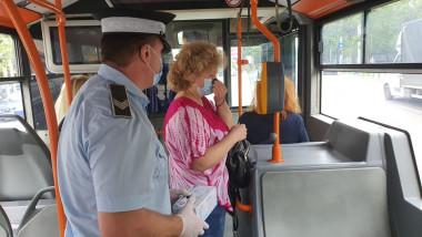 politist cu o cutie de masti in mana langa un pasager dintr-un autobuz