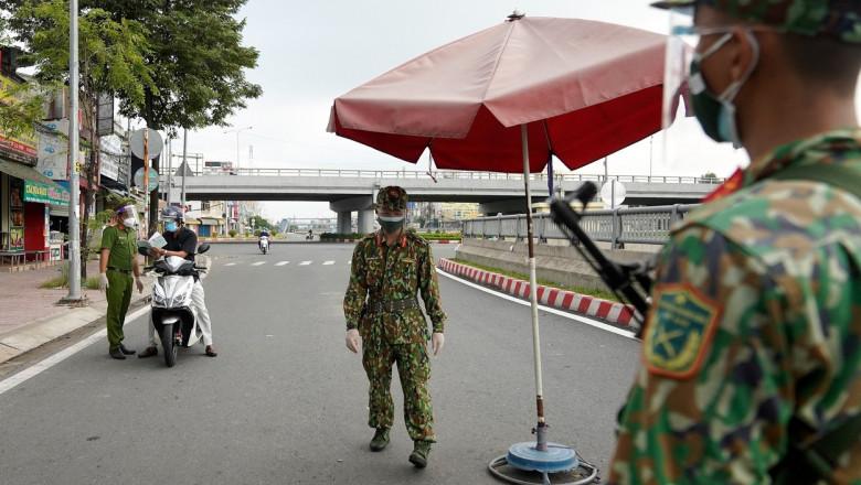 trei soldati la un punct de control din orasul ho si min