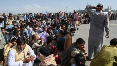 Afgani așteptând evacuarea pe aeroportul din Kabul.