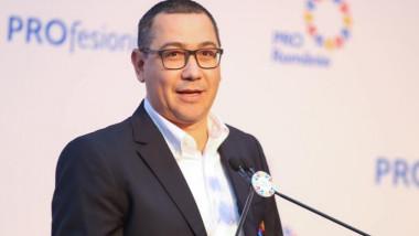 Victor Ponta face declarații.