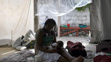 Femeie cu copil în Haiti
