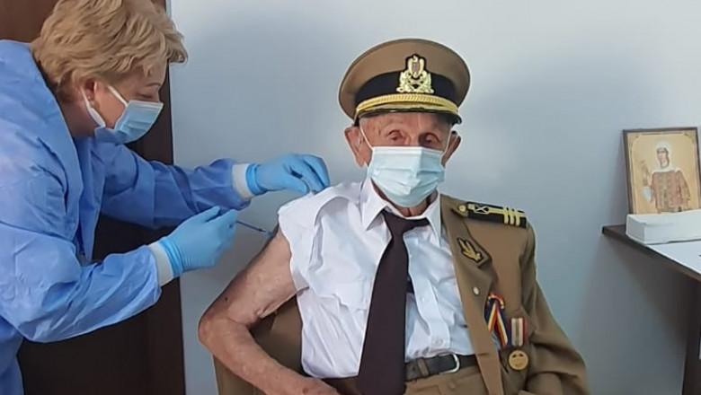 Veteranul de 101 ani, Ion Procopie, se vaccinează.