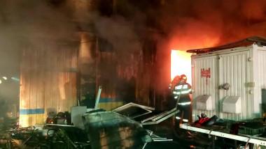 pompieri care intervin la un incendiu