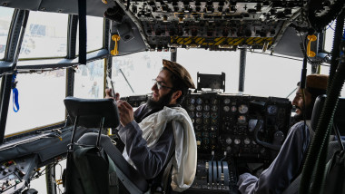 talibani in avion pe aeroport in kabul
