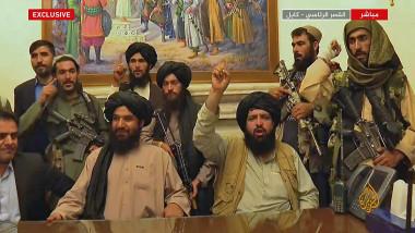 talibanii cu mainile pe sus si arme