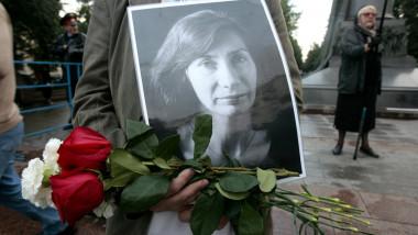 Un bărbat ține în mâini o fotografie cu militanta Natalia Estemirova, ucisă în Rusia.