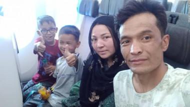 Abdul Rashid Shirzad si familia sa in avion