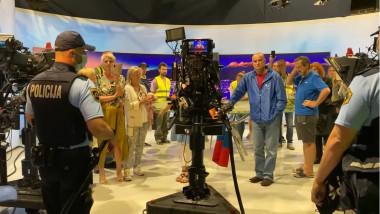 protestatari si politie intr-un studio de televiziune