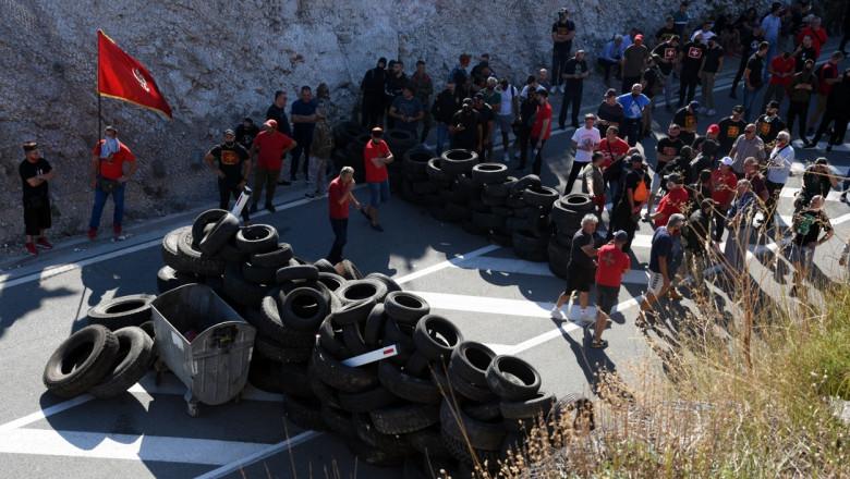 drum blocat de protestatari cu cauciucuri si pietre