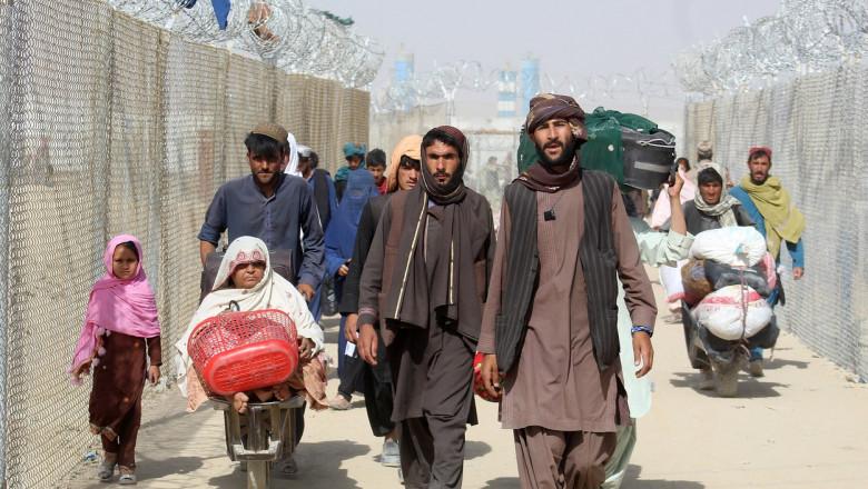 refugiati afgani care sosesc la granita cu pakistanul