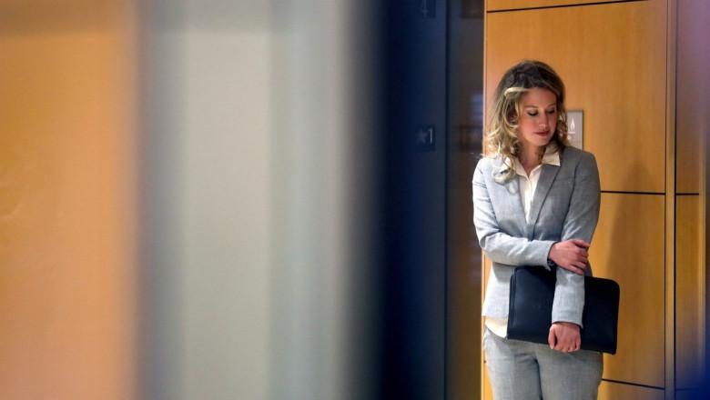elizabeth holmes asteapta pe holul unui tribunal