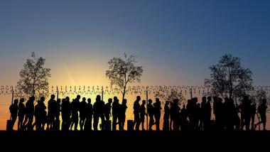 siluete de refugiati la granita ilustrativ