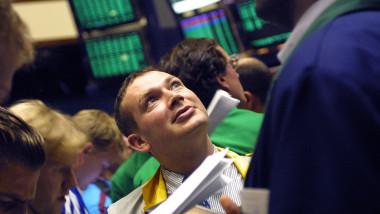 traderi la bursa urmarind actiunile