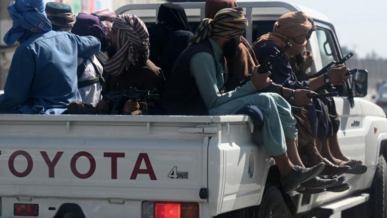 talibani in remorca unei masini